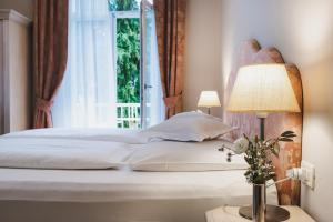 A bed or beds in a room at Hotel Adria