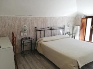 A bed or beds in a room at Hotel Maggiore