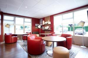 The lounge or bar area at Campanile La Verrière