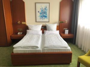 Ein Bett oder Betten in einem Zimmer der Unterkunft Hotel Engel