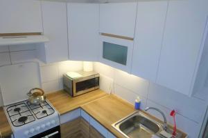 A kitchen or kitchenette at Apartament Sosnowa