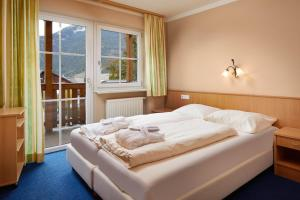 A bed or beds in a room at Mountain Home Zugspitze