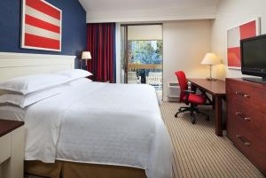 A bed or beds in a room at Sheraton San Diego Hotel & Marina
