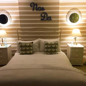 A bed or beds in a room at Glanmor Garden Apartment