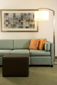 A seating area at SpringHill Suites by Marriott Orlando Convention Center