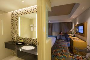 A bathroom at Hotel Ciputra Cibubur managed by Swiss-Belhotel International