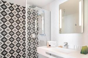 A bathroom at Hotel des Lys