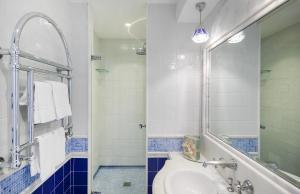 A bathroom at Luxury Villa Excelsior Parco