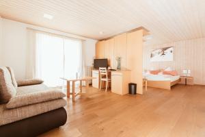 Ein Sitzbereich in der Unterkunft Hotel Hubertus Mellau GmbH