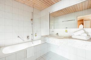 Ein Badezimmer in der Unterkunft Hotel Hubertus Mellau GmbH