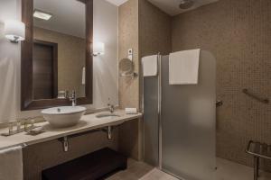 Un baño de Doubletree By Hilton La Torre Golf Resort