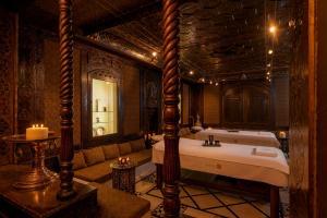 A bathroom at Hotel Byblos Saint-Tropez