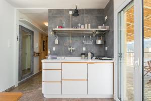 Ett kök eller pentry på Seafront Penthouse LEO