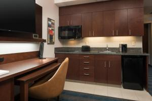 A kitchen or kitchenette at Courtyard Seattle Downtown / Pioneer Square
