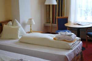 A bed or beds in a room at Hotel Elisabethpark