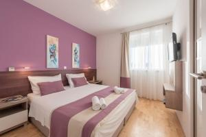 A bed or beds in a room at Apartments Villa Maelise