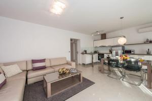 A seating area at Apartments Villa Maelise