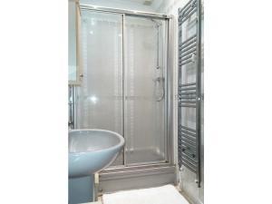 A bathroom at The Chimes B&B