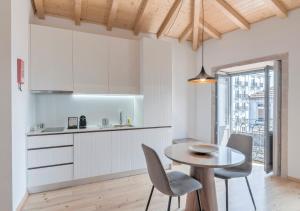 Een keuken of kitchenette bij Oporto Street Sá de Noronha - Only Adults