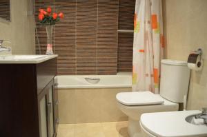 A bathroom at Apartamentos Navas