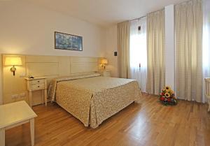 Postel nebo postele na pokoji v ubytování Grand Hotel Duomo
