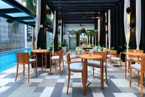 A restaurant or other place to eat at SO/ Sofitel Singapore (SG Clean)