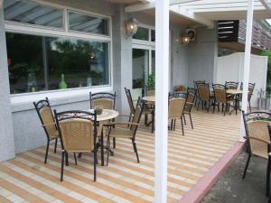 Ein Restaurant oder anderes Speiselokal in der Unterkunft Hotel-Lindenhof