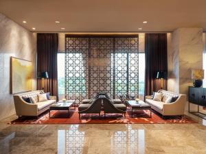A seating area at Grand Mercure Ambassador Hotel and Residences Seoul Yongsan