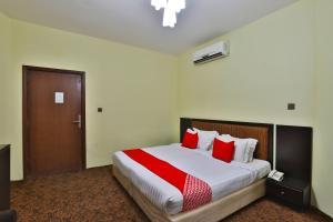 Cama ou camas em um quarto em OYO 124 Dome Hotel Suites Al Orouba