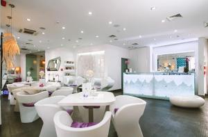 A restaurant or other place to eat at Hotel Luxe