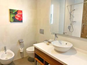 A bathroom at Hilton Garden Inn Sevilla