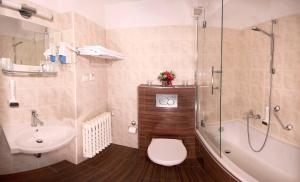 A bathroom at Park Hotel Pruhonice