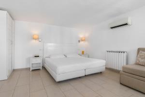 سرير أو أسرّة في غرفة في فندق كاربوناكي