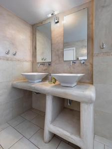 حمام في فندق كاربوناكي