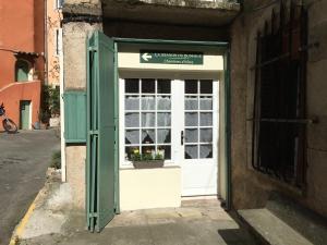 The facade or entrance of La maison du bonheur