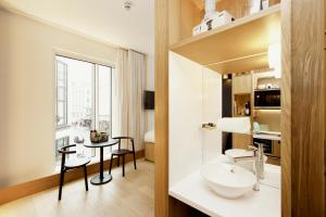 A bathroom at Wilde Aparthotels by Staycity Covent Garden
