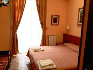 A bed or beds in a room at Hotel Aristotele