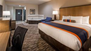 A bed or beds in a room at Best Western Plus Ardmore Inn & Suites