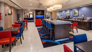A restaurant or other place to eat at Best Western Plus Ardmore Inn & Suites