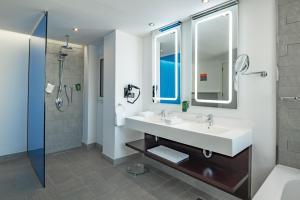 Um banheiro em Park Inn by Radisson Hotel & Apartments Dammam Industrial City