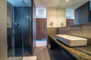 A bathroom at Bellevue Superior City Hotel