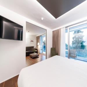 A bed or beds in a room at Du Lac Et Du Parc Grand Resort