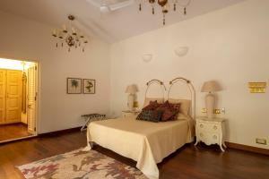 A bed or beds in a room at Villa Vivre by Lohono Stays