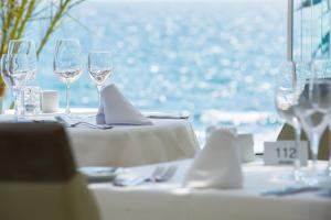 A restaurant or other place to eat at El Oceano Beach Hotel