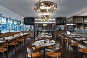 A restaurant or other place to eat at Budapest Marriott Hotel