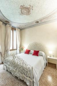 A bed or beds in a room at Ca' Dei Diamanti Grand Canal