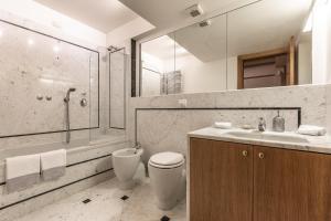 A bathroom at Ca' Dei Diamanti Grand Canal