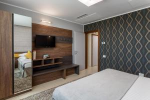 A television and/or entertainment centre at Splendid Conference & Spa Hotel – Adults Only