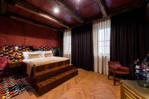 A bed or beds in a room at Wine & Heritage hotel ROXANICH