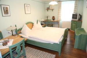 Ein Bett oder Betten in einem Zimmer der Unterkunft Hotel Hubertus